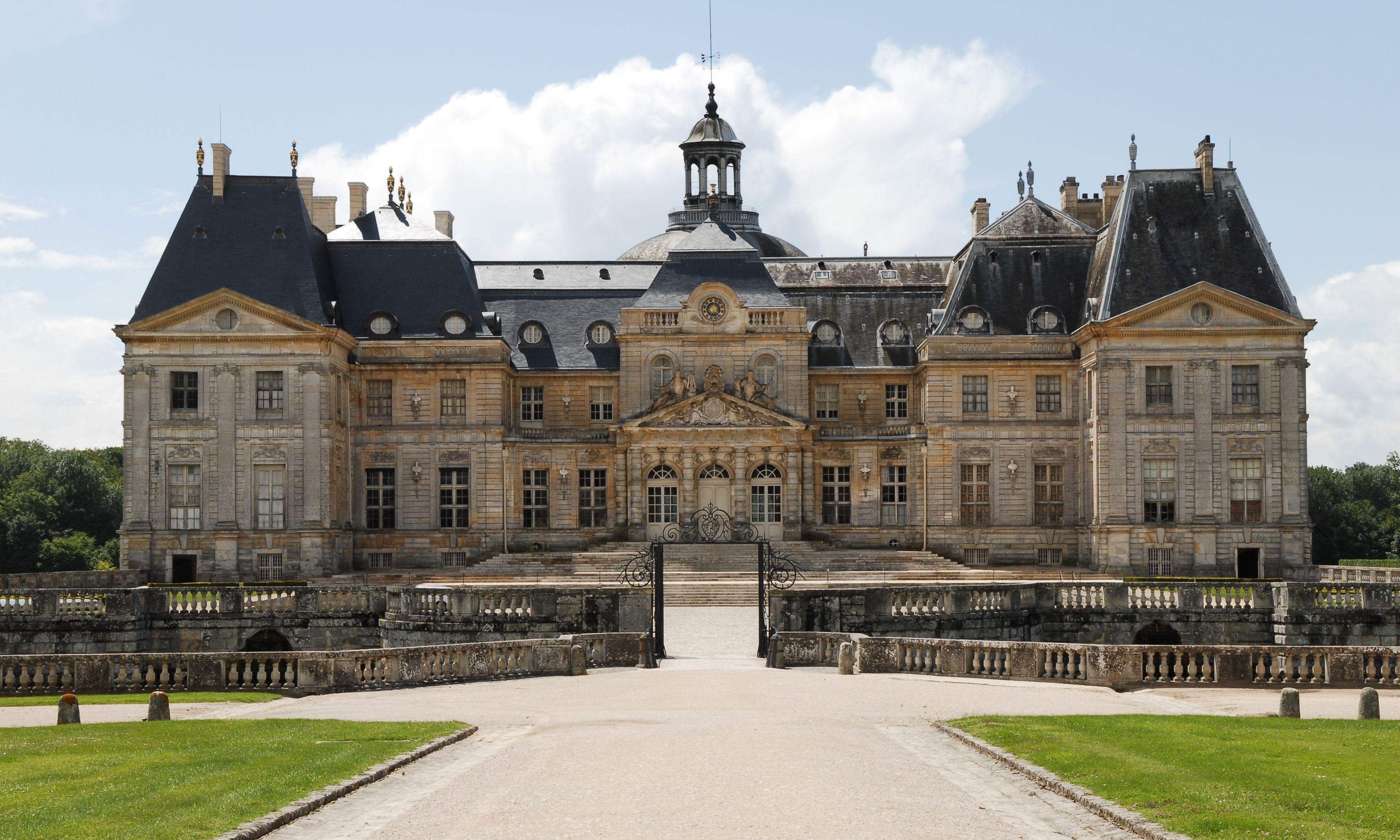 Thieves tie up French chateau owners and steal €2m of jewels and cash