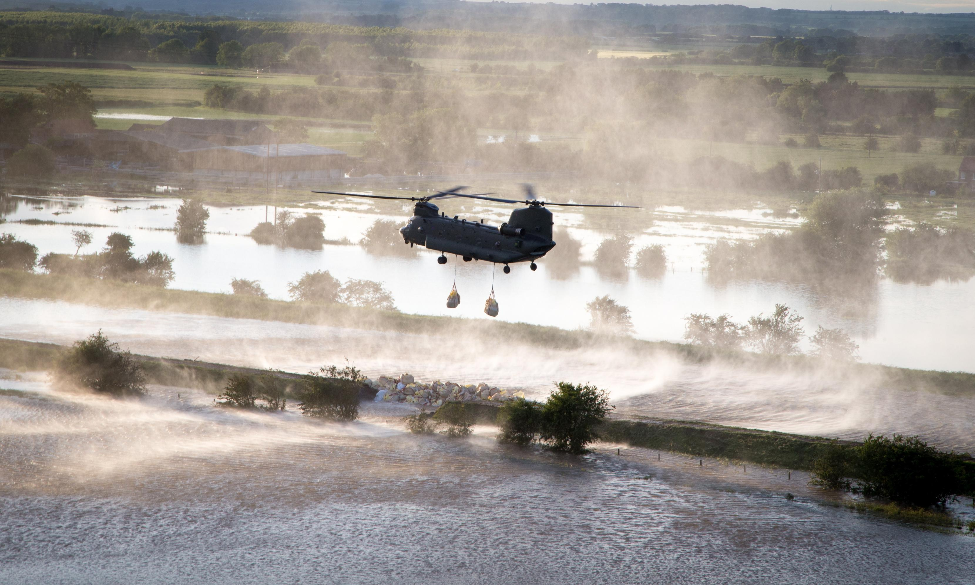 Lincolnshire flooding: hundreds of homes evacuated