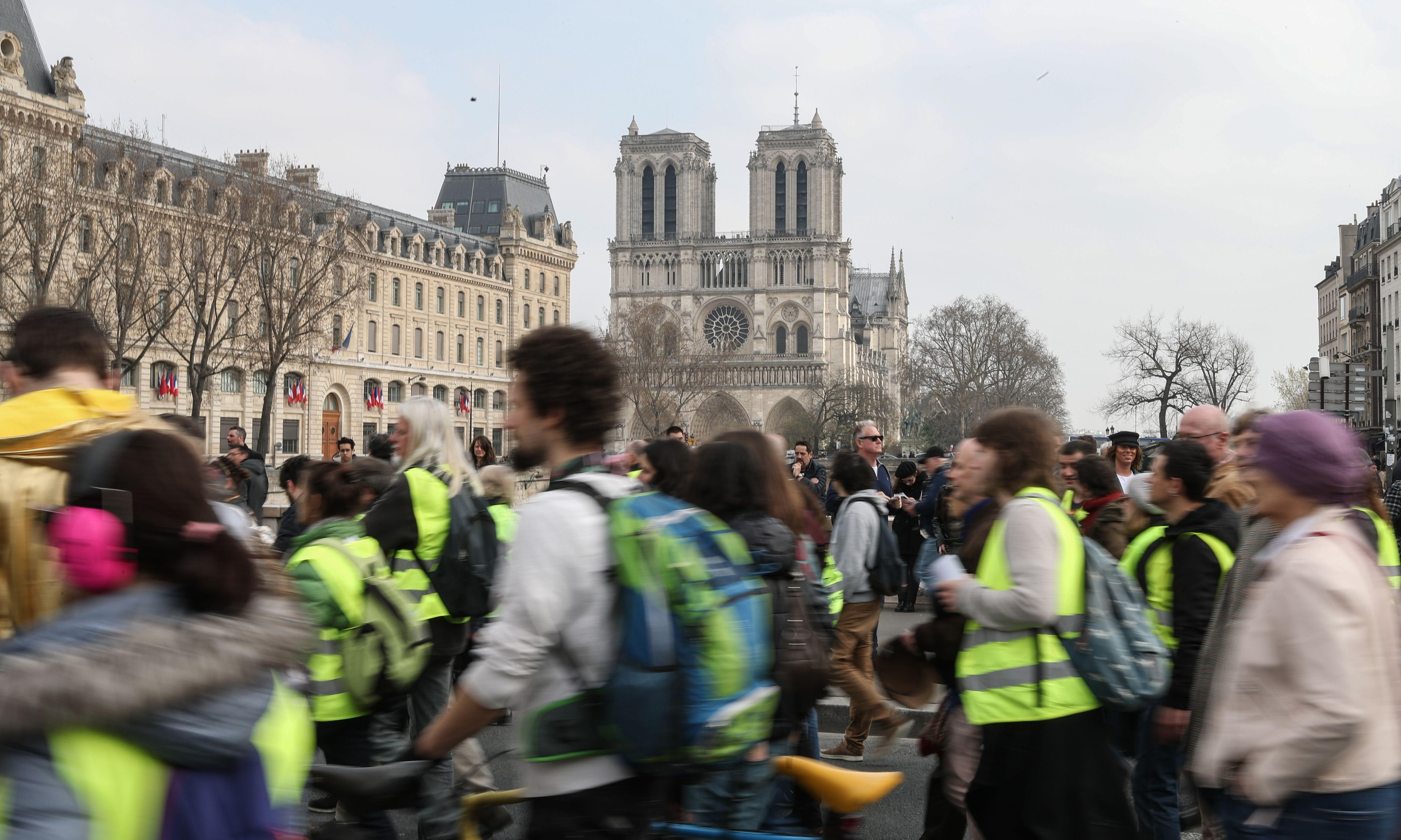 Gilets jaunes banned from protesting near Notre Dame in Paris